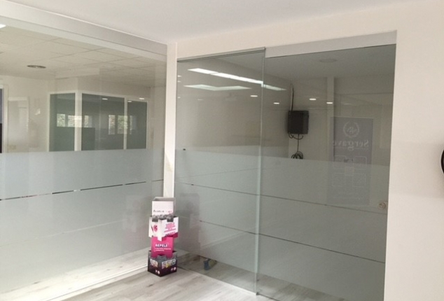 Reforma e interiorismo de empresa de distribución de productos para clínicas veterinarias, Orense.